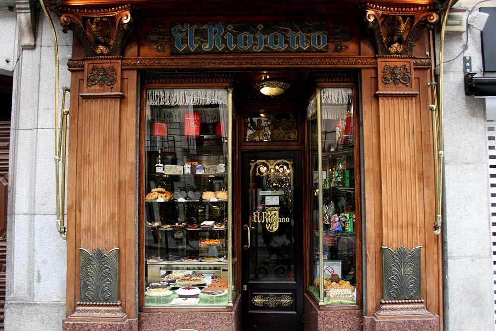 Escaparate con encanto de la pastelería El Riojano en Madrid