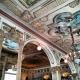 Detalle de los frescos que decoran el techo con arcos, pinturas y estucos