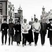 Actores acompañados de David Lean por una simulada calle moscovita.