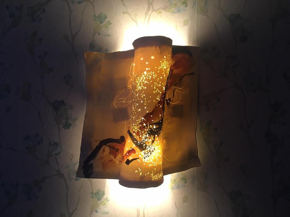 Detalle de lámpara artesanal de venta en tienda.