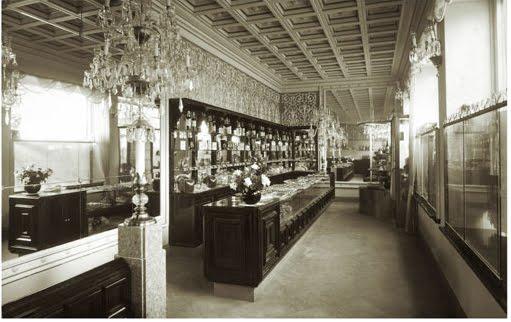 Interior de una de sus tiendas con Salón de Té