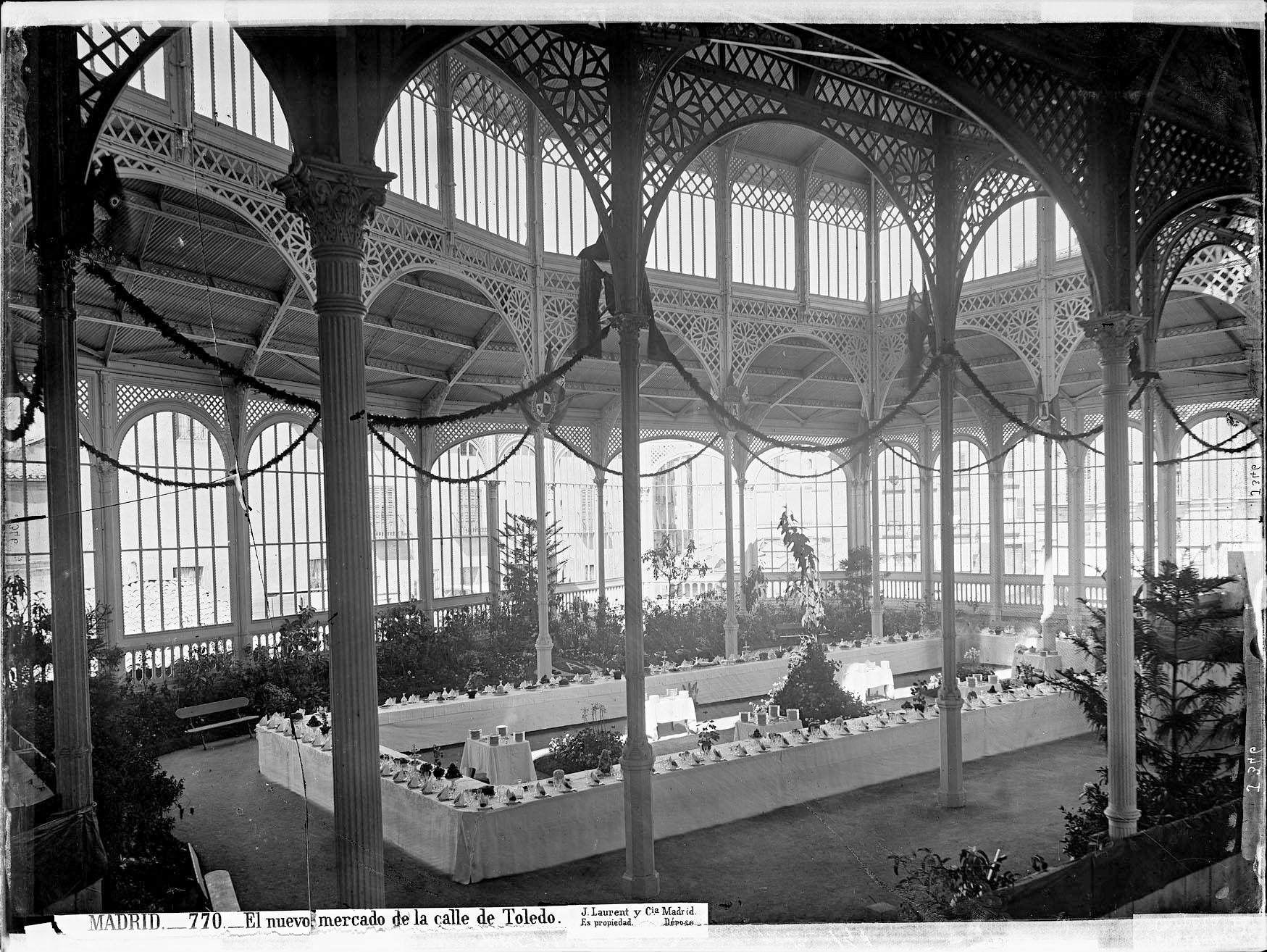 Sala dispuesta en el interior del Mercado para su inauguración . Fot. J. Laurent. 1875.