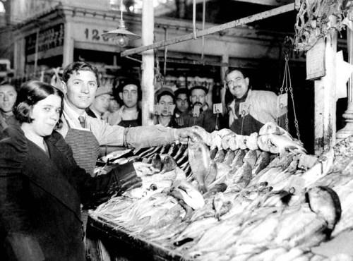 Puesto de pescadería en el interior del mercado. 1935.