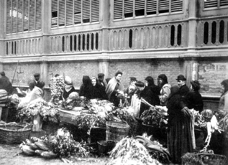 Puestos de hortalizas en el exterior del mercado