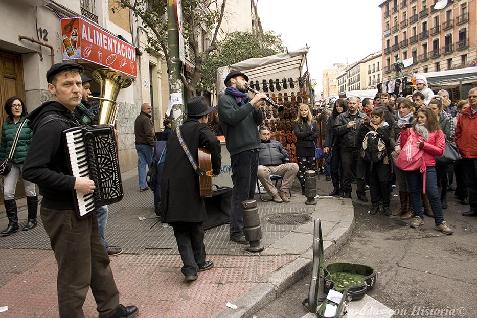 Músicos callejeros amenizan las mañanas del el Rastro