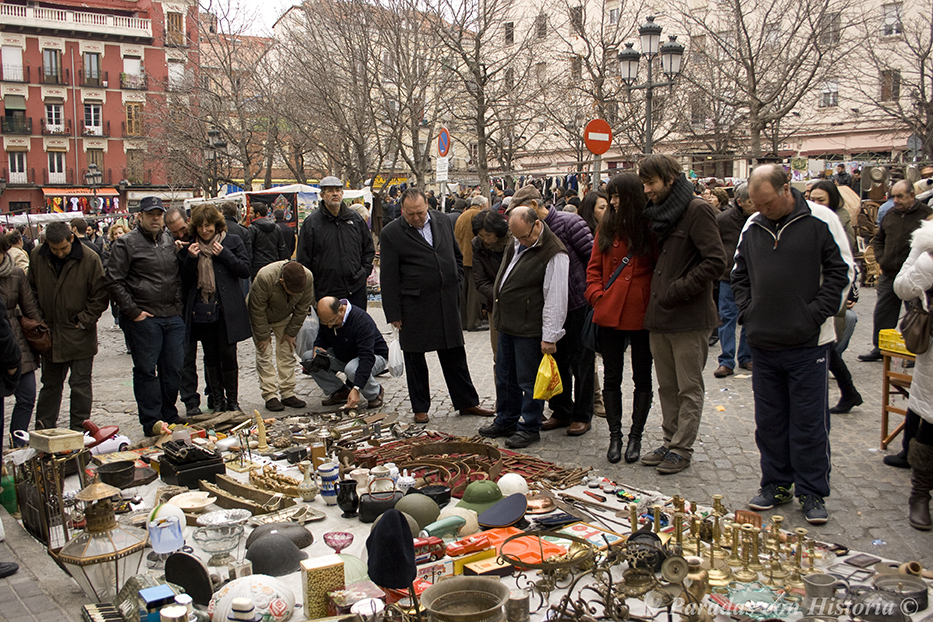 Gente agrupada en uno de los puestos del Rastro