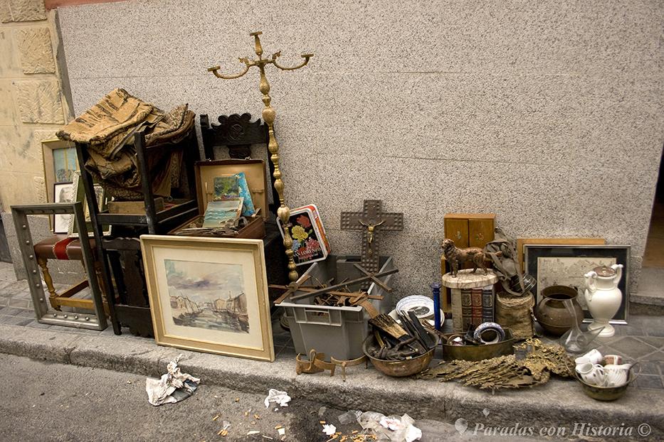 Detalle de alguno de los productos en una de las aceras de la calle
