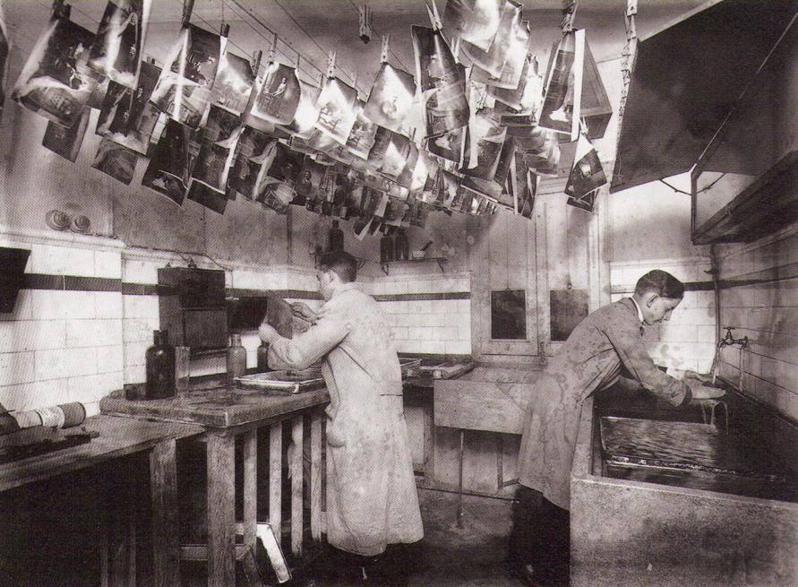 Laboratorio fotográfico de Alfonso Sánchez García, donde se ven dos de sus hijos trabajando.